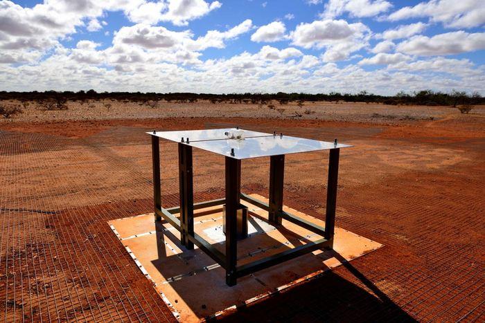 Le radio spectromètre EDGES. Dans chaque instrument, les ondes radios sont collectés par une antenne consistant de 2 panneaux rectangulaires en métal qui sont montés horizontalement sur des pieds en fibre de verre au dessus d'un maillage métallique - Crédit : CSIRO Australia