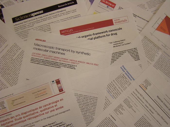 Une recherche, publiée en 2016, montre qu'il n'y a aucune différence significative entre un papier publié dans un serveur de prépublication comme arXiv et le même papier qui sera publié dans une revue évaluée par les pairs. Cela signifie que contrairement à ce qu'ils prétendent, les éditeurs n'ajoutent quasiment pas de valeur ajoutée.