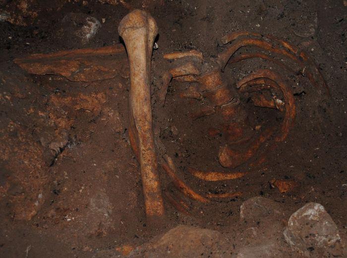 Une sépulture de l'Age de Pierre tardif dans la Grotte des Pigeons - Crédit : Abdeljalil Bouzouggar