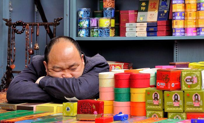 La perte d'une seule nuit de sommeil peut provoquer l'accumulation de protéines, liées à la maladie d'Alzheimer, au cerveau selon une nouvelle étude. Mais étant donné la petite portée de l'étude que ce soit sur l'échantillon ou la durée, on ne peut pas établir de cause sur les effets à long terme concernant Alzheimer.
