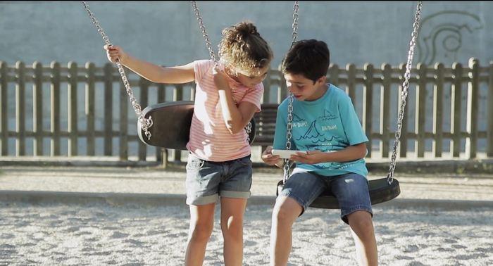 Des enfants qui participent au Big Bell Test sur leur smartphone