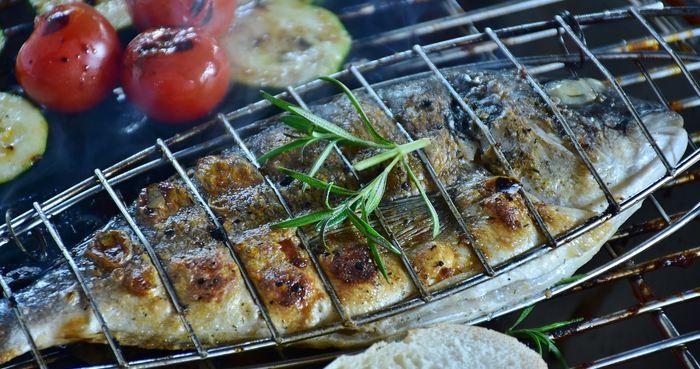 La consommation de consommation de poissons 2 fois par semaine avec une quantité moyenne de 200 grammes est recommandée pour se protéger contre différents risques cardiaques.