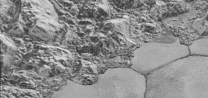 Cette image prise lors de la mission New Horizons montre la chaîne de montagnes en bordure de la plaine de glace de Spitnik Planitia avec des formations de dunes clairement visibles dans la moitié inférieure de l'image - Crédit : NASA/Johns Hopkins University Applied Physics Laboratory/Southwest Research Institute
