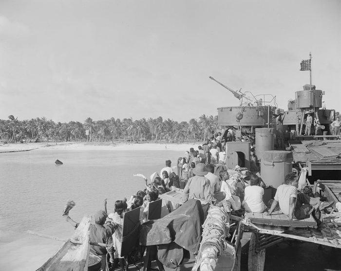 Le 14 mars 1946, les habitants natifs disent adieu à leur Atoll de Bikini - AP Photo/Clarence Hamm