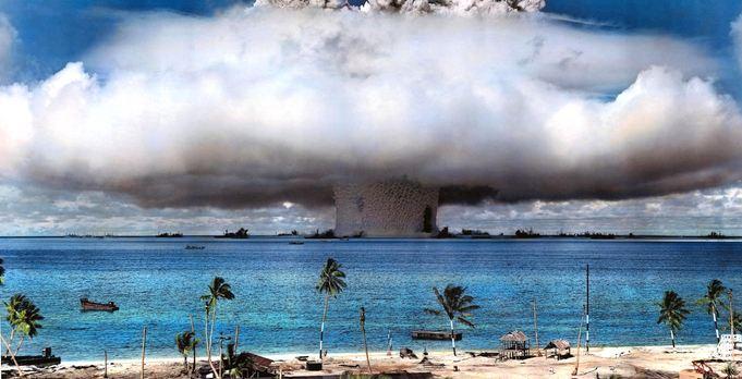Le test de Baker du 24 juillet 1946 sur l'Atoll de Bikini dans les premières secondes de l'explosion, enveloppant sa formidable hauteur sur la flotte d'essai de la marine américaine. La bombe de Baker, suspendue à 90 degrés au-dessous du vaisseau terrestre LSM-60, cracha une colonne d'eau qui a crée un champignon nucléaire d'une largeur de 16 kilomètres et d'une hauteur de 153 mètres. Le cuirassé Arkansas se trouvait à 30 mètres de l'explosion au premier plan à droite, à côté de l'endroit sombre de la suie et des chaudières du navire - Crédit : National Nuclear Security Administration/Nevada Field Office