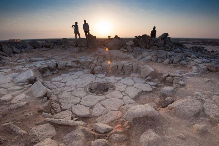 Une des structures en pierre du site de Shubayqa 1. La cheminée, où le pain a été découvert, est au milieu - Crédit : Alexis Pantos