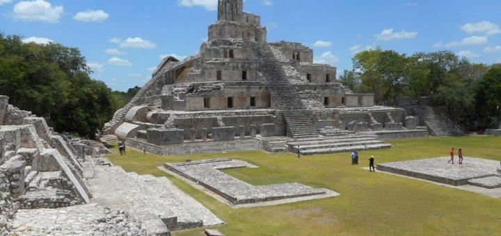 Pirámide de los Cinco Pisos (pyramide des cinq étages) de 31 m de hauteur, situé dans la Grande Place