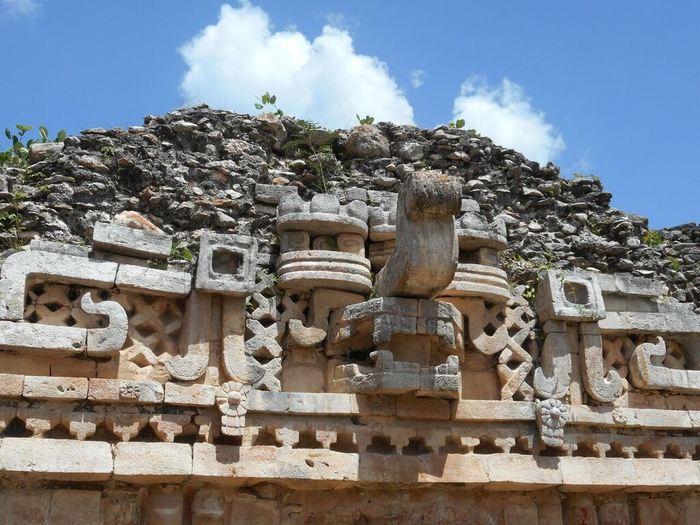Un masque de ͚Chaac͛, dieu maya de la pluie, sur un bâtiment à Labná dans la région de Puuc dans la péninsule du nord du Yucatán. La prédominance des masques Chaac dans l'architecture de la région Maya témoigne de l'importance de la pluie pour les Mayas - Crédit : Mark Brenner