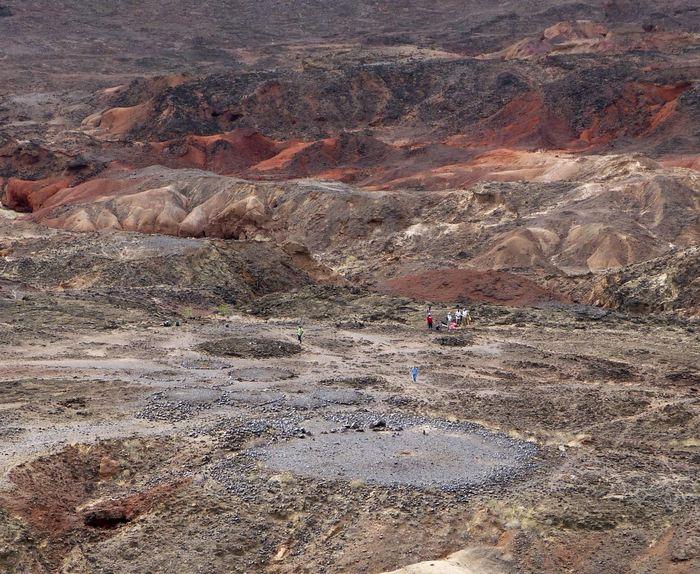 Vue du pilier nord de Lothagam, au Kenya, construit par les premiers éleveurs d'Afrique de l'Est il y a environ 5000 à 4300 ans. Des mégalithes, des cercles de pierres et des cairns se trouvent derrière le monticule de plate-forme de 30 m, sa cavité mortuaire contient plusieurs centaines d'individus, étroitement organisés - Crédit : Katherine Grillo