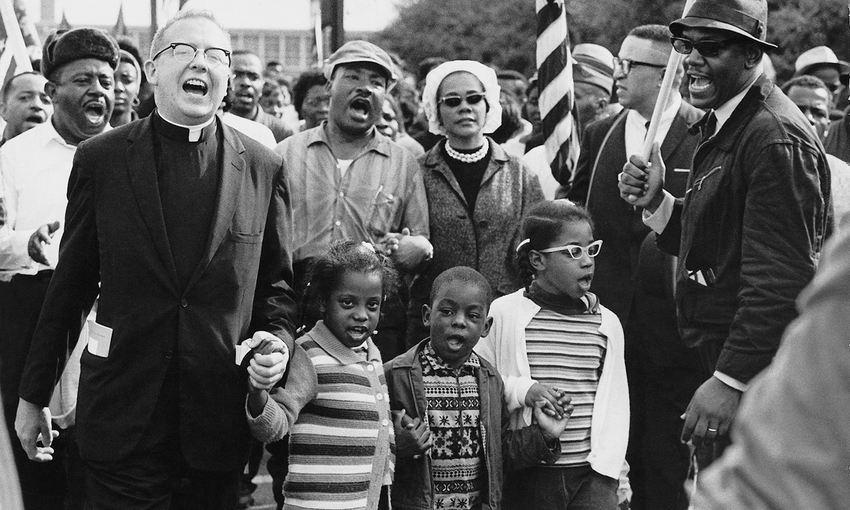 Dr Martin Luther King, Dr Ralph David Abernathy, leurs familles et d'autres personnes menant la marche de Selma à Montgomery en 1965 - Crédit : Wikipedia
