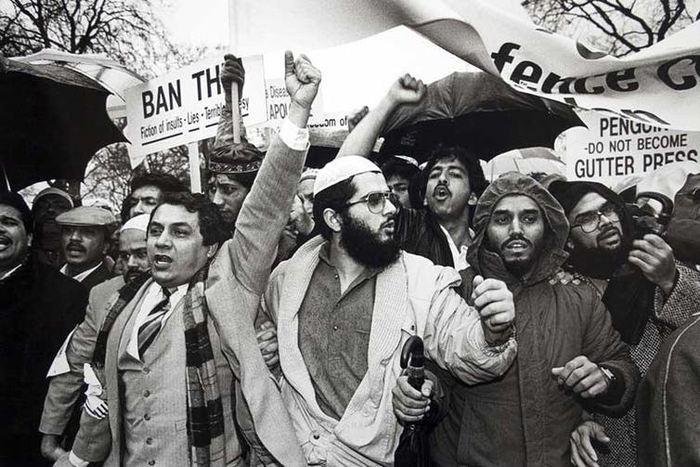 Des manifestants en colère protestent contre le livre en 1989 - Crédit : Robert Croma, CC BY-NC-SA