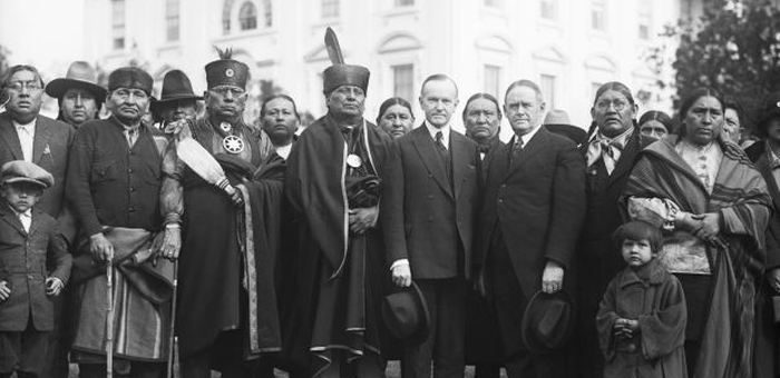 Les représentants de la Nation Osage pour le livre Killers of the Flower Moon avec le président Coolidge à la Maison Blanche en 1924 - Crédit : Bettmann/Getty