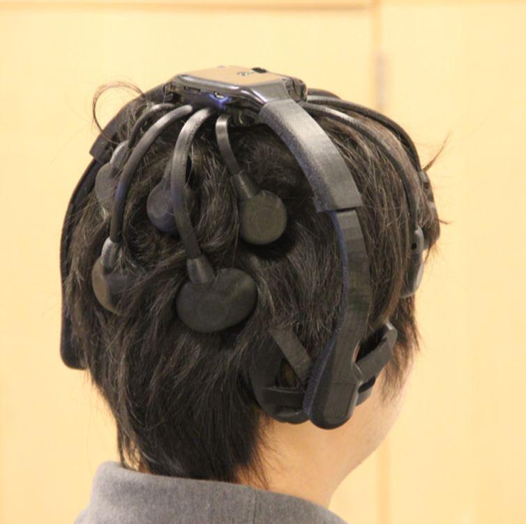Trois électrodes situées à l'arrière de la tête de l'utilisateur suffisent à détecter un mot de passe cérébral - Crédit : Wenyao Xu et al., CC BY-ND