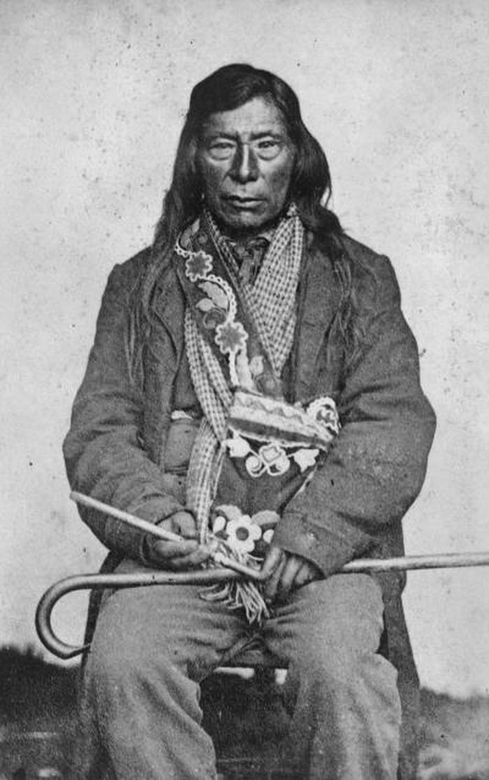 Sur cette image datant d'environ 1861, un chef de la tribu Nez-Percés tient un tuyau coudé qui était couramment utilisé après la propagation du tabac dans le nord-ouest du Pacifique - Crédit : University of Washington Libraries, Special Collections, NA 627