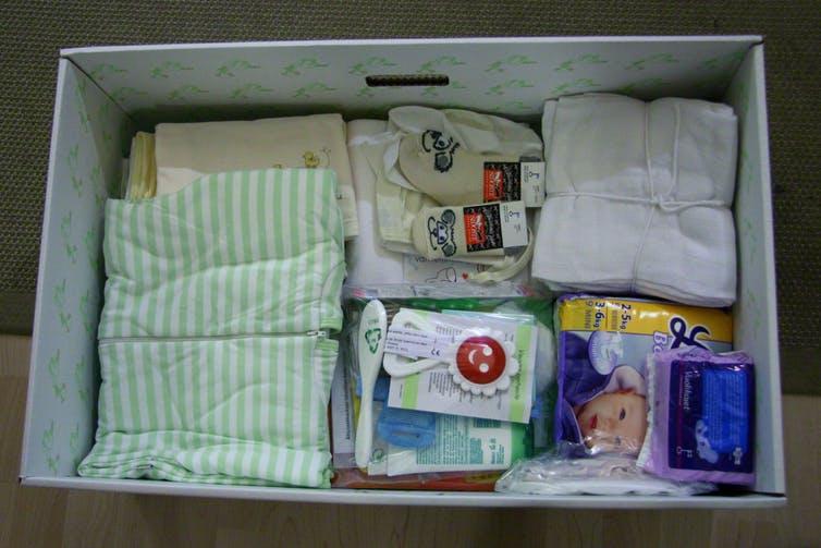 Le contenu d'une Baby Box finlandaise avant l'arrivée d'un nouveau-né -  Crédit :  Visa Kopu / Flickr, CC BY-NC-ND