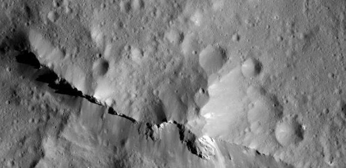 La sonde Dawn de la NASA a capturé ce plan rapproché de 20 km du pic central du cratère d'impact Urvara qui possède une largeur de 160 km sur Ceres. La remarquable crête centrale de 2 000 mètres est constituée de matériaux remontés en profondeur, issus de terrains enrichis en produits d'interactions roche-eau tels que des carbonates - Crédit : NASA/JPL-Caltech/UCLA/MPS/DLR/IDA