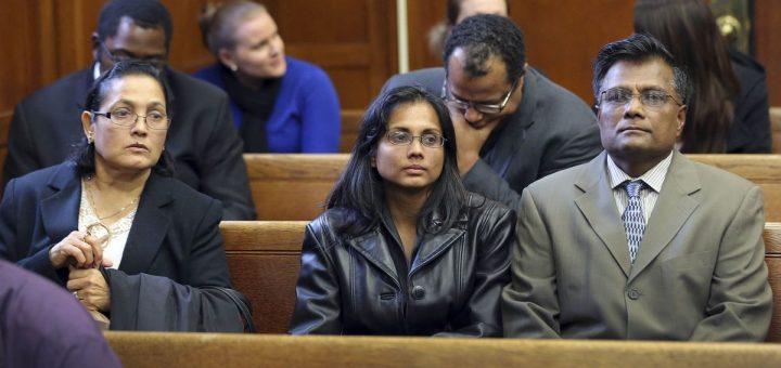Annie Dookhan, au centre, photographiée avec sa famille dans une salle d'audience à Boston le 22 novembre 2013, après avoir plaidé coupable d'avoir altéré des preuves. Dookhan était une chimiste d'État - Crédit : David L. Ryan/AP/Boston Globe