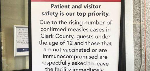Une pancarte dans une clinique de Vancouver, Washington, le 25 janvier 2019, demande aux enfants de 12 ans et moins non vaccinés, de quitter les lieux - Crédit - Gillian Flaccus / AP Photos