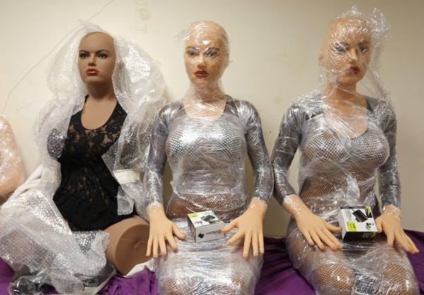 Les consommateurs peuvent commander ces poupées sexuelles en silicone sur un catalogue au prix de base de 6 150 dollars - Crédit : Reuters/Vincent Kessler