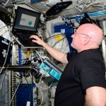 Scott Kelly effectuant la batterie de tests de cognition à bord de la Station spatiale internationale - Crédit : NASA