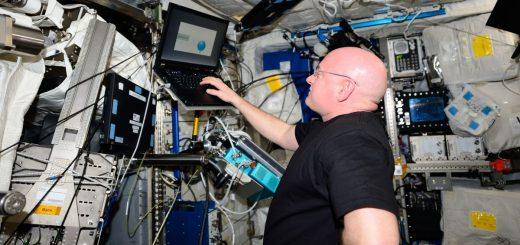 Scott Kelly effectuant la batterie de tests de cognition à bord de la Station spatiale internationale - Crédit : NASA