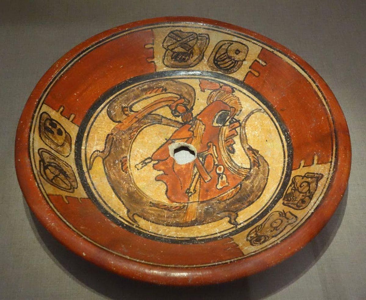 Assiette avec des images de Dieu du maïs, Mexique, 600-900 après JC Wikimedia