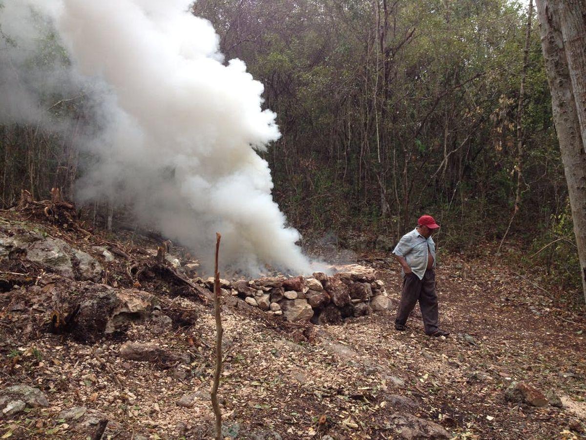 Un four expérimental à la chaux brûlée, inspiré des anciens fours creusés dans les basses terres du Nord - Crédit : Kenneth Seligson, CC BY-ND