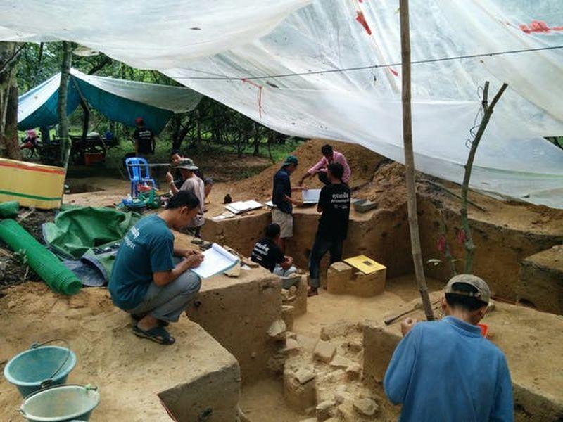 Les archéologues ont creusé un tumulus dans l'enceinte d'Angkor Wat en 2015 - Crédit : Alison Carter, CC BY-ND