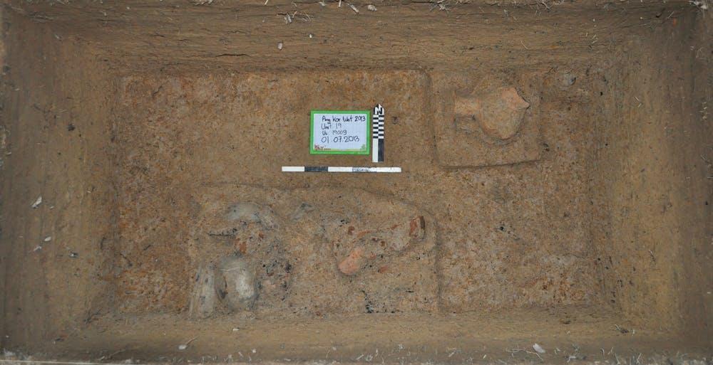 Un dépotoir de céramique et de nourriture reste dans un tertre d'occupation. Les archéologues extraient des restes organiques brûlés d'éléments pour dater ce type d'activités particulières - Crédit : Alison Carter, CC BY-ND