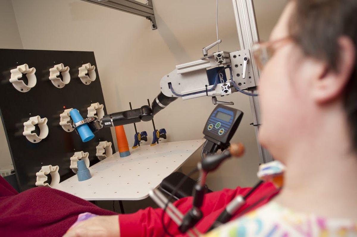 Les interfaces cerveau-machine peuvent transformer les signaux du cerveau en commandes pour les bras robotiques - Crédit UPMC/Pitt Sciences de la santé, CC BY-NC-ND