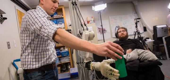 Les interfaces cerveau-machine existantes se concentrent sur la restauration des fonctions pour les personnes ayant des problèmes de mobilité ou de communication - Crédit : UPMC/UPMC/Pitt Health Sciences, CC BY-NC-ND
