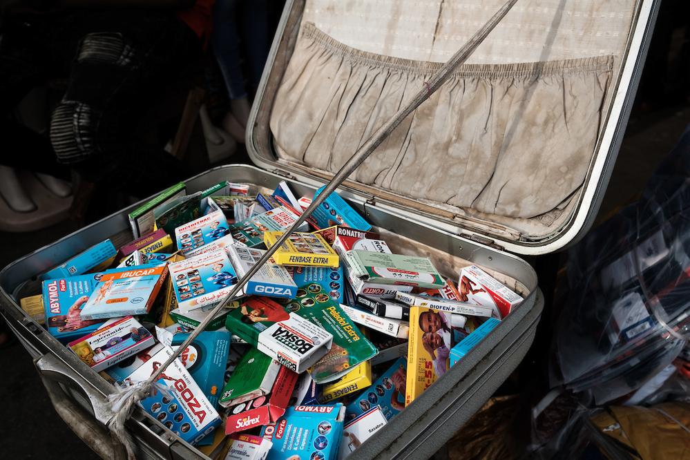 Un marchand ambulant de marchands de médicaments exposé dans un marché de Lomé. Une culture de l'automédication dans de nombreux pays d'Afrique de l'Ouest se prête à la prolifération de médicaments contrefaits et illicites dans les rues et les marchés - Crédit : Nyani Quarmyne chez Panos pour Mosaic