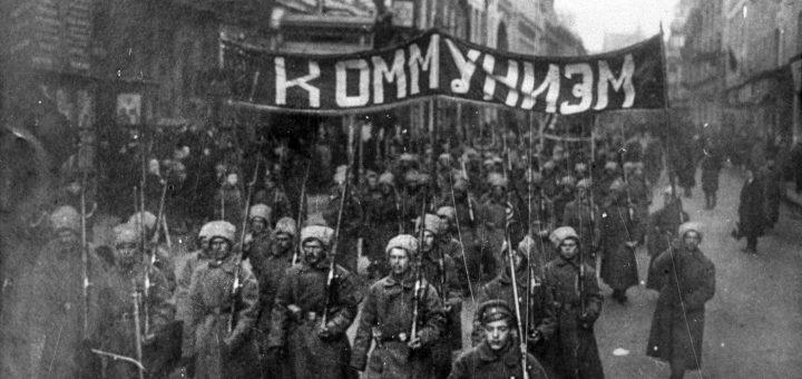 """Des soldats armés portent une bannière où on peut lire """"Communisme"""" dans la rue Nikolskaïa, Moscou, octobre 1917 - Wikipédia"""