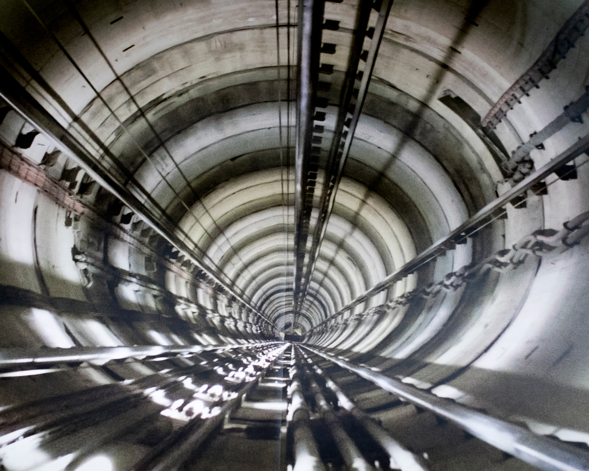 Illustration du puits d'ascenseur menant au laboratoire souterrain, dans le centre des visiteurs de l'Andra -  Crédit : Emily Graham pour Mosaic