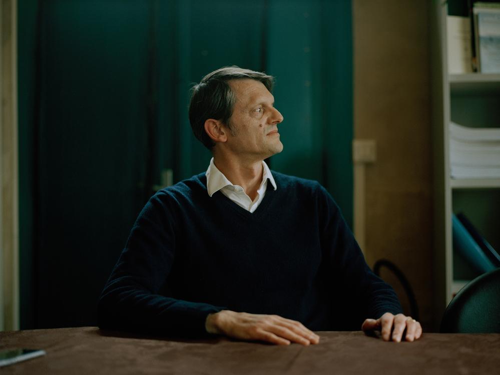 Benoît Jaquet, secrétaire général du CLIS, au siège de l'organisation dans le centre-ville de Bure - Crédit : Emily Graham pour Mosaic