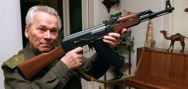 L'inventeur avec son arme éponyme - Crédit : AP Photo/Vladimir Vyatkin