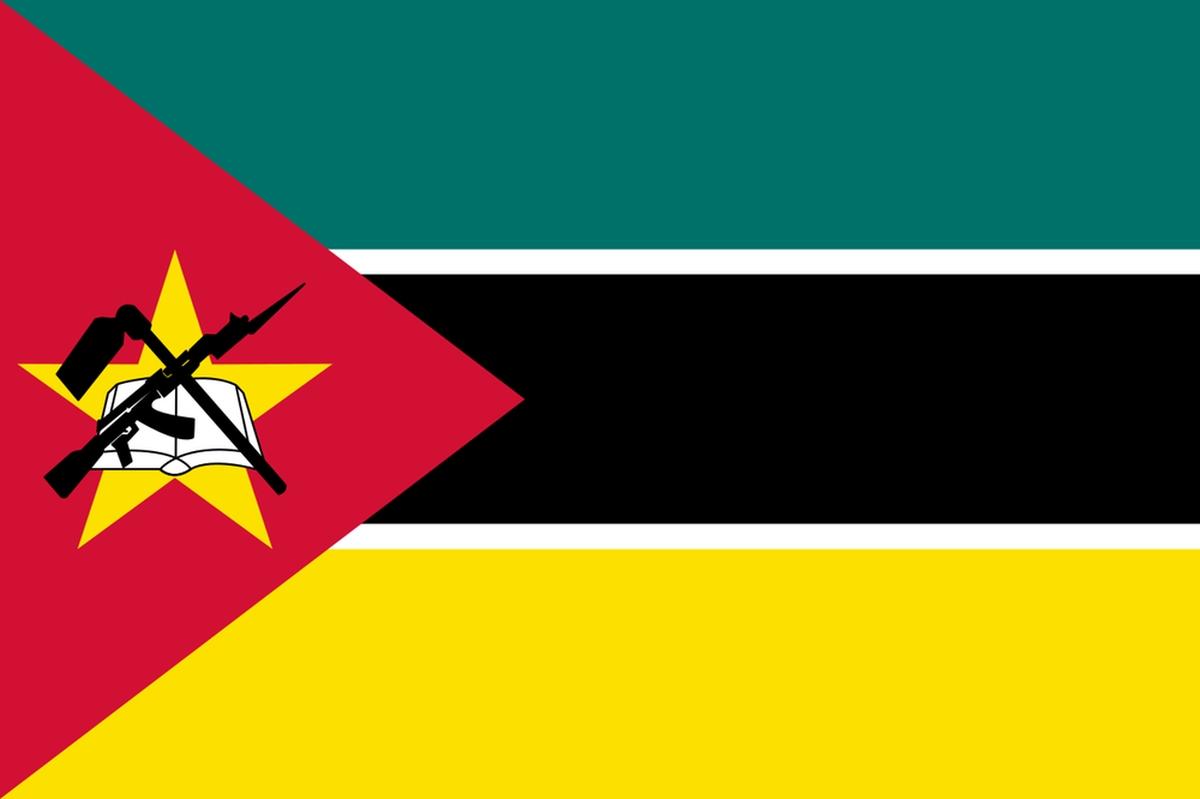 Le drapeau du Mozambique comporte un AK-47 avec une baïonnette attachée, destiné à symboliser la défense et la vigilance  - Crédit : Wikimedia