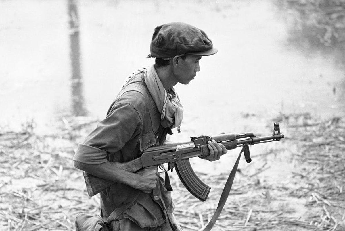 Un soldat cambodgien porte son fusil AK-47 en 1970 - Crédit : AP