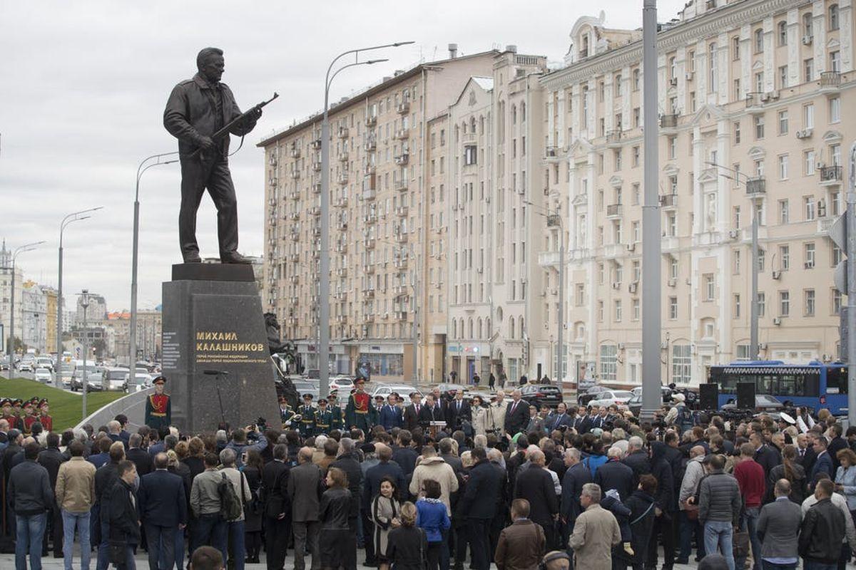 Une statue de Kalachnikov, représentant l'inventeur brandissant l'un de ses fusils éponymes, se profile à Moscou - Crédit : AP/Pavel Golovkin