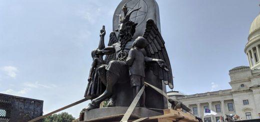 Le temple satanique dévoile une statue de Baphomet, une chèvre ailée, lors d'un rassemblement pour le premier amendement à Little Rock, Arkansas, en août 2018. AP Photo / Hannah Grabenstein