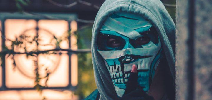Les masques montrent des camps retranchés et une sensation amère d'arnaque au carré.