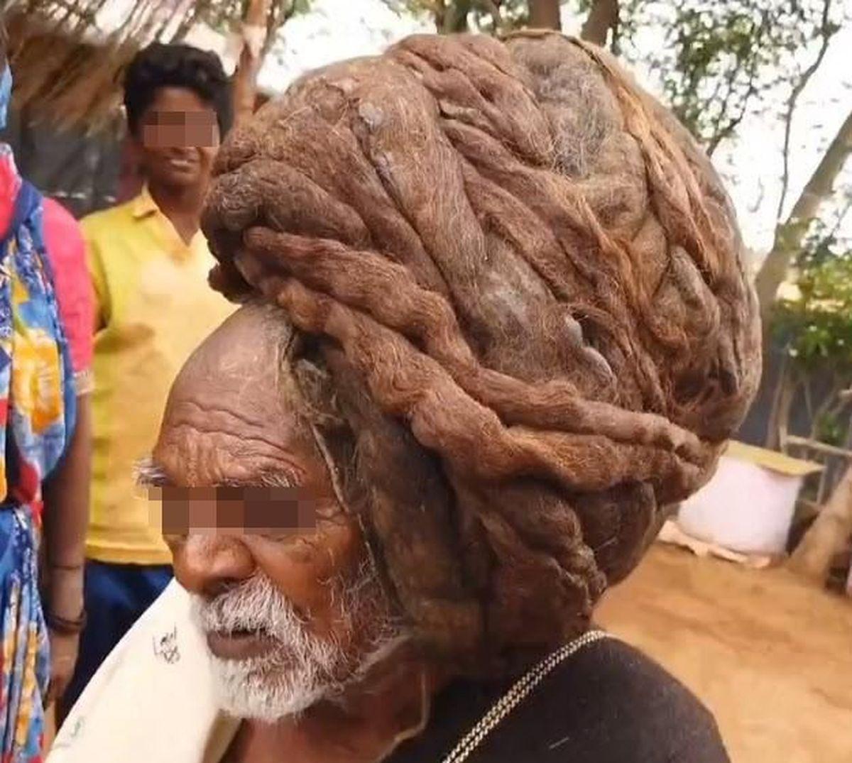 Doddapalliah, un indien de 95 ans, affirme qu'il ne s'est jamais coupé les cheveux. Considéré comme un Dieu, le coupage capillaire lui ferait perdre son statut de divinité.