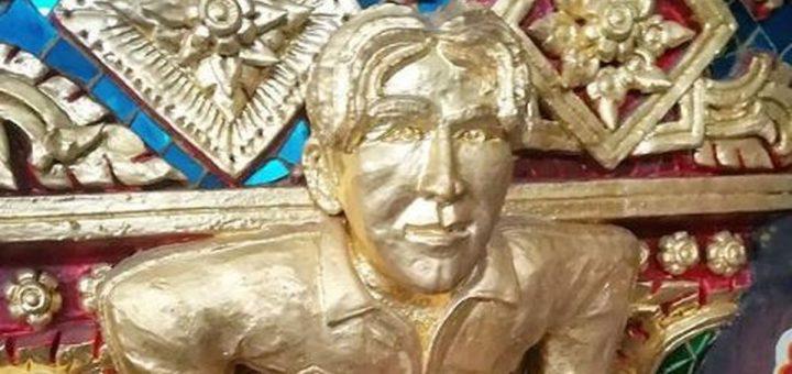 Si vous allez un jour à Bangkok, n'oubliez pas de noter cette adresse : 2-67 Rama III Road. Vous y trouverez le Wat Pariwat surnommé comme le temple David Beckham. C'est sans doute l'un des temples plus étranges du monde avec David Beckham à coté de Bouddha, mais également Einstein, Luffy de One Piece ou Captain America.