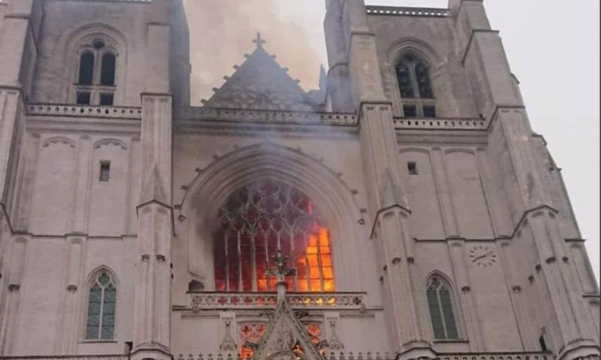 Une cathédrale qui brule, c'est un accident, une seconde qui brûle à quelques mois d'intervalle, c'est une déclaration d'un nouveau genre.
