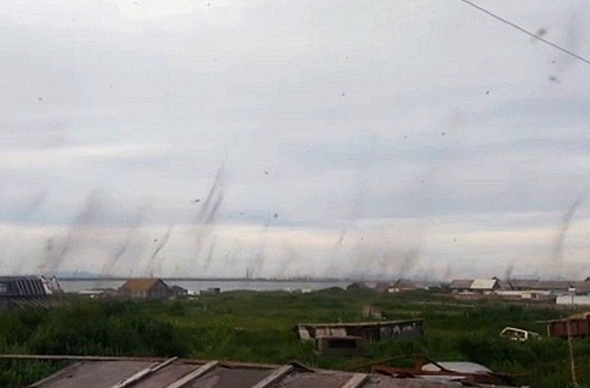 Dans une région lointaine et totalement paumée de la russie, on a désormais des tornades de moustiques qui débarquent. Et dire qu'on se moquait de Sharknado.