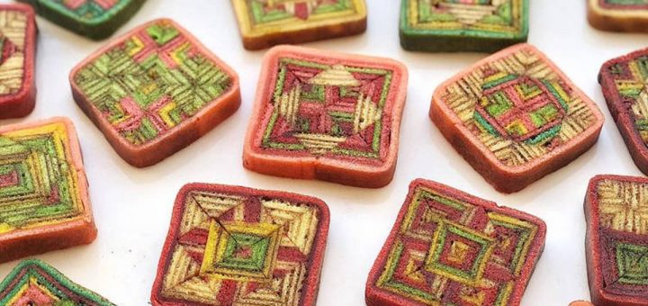 Kek Lapis Sarawak est un gâteau malaisien traditionnel célèbre à la fois pour son aspect kaléidoscopique complexe et le processus exténuant nécessaire pour le fabriquer.