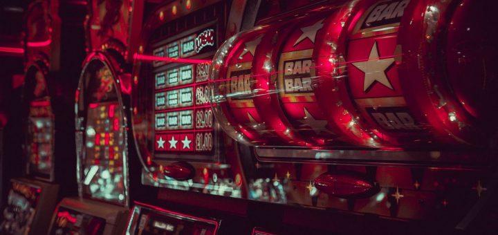 La fermeture des casinos mortier et brique fait perdre des millions de dollars par jour au Canada et aux USA. Mais les casinos en ligne prennent la relève.
