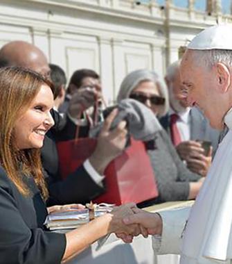 שרי אריסון פגשה את האפיפיור לרגל יום מעשים טובים
