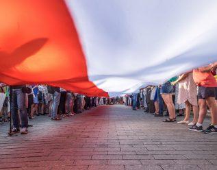 Demonstrasjon i Polen. Flagg og mennesker