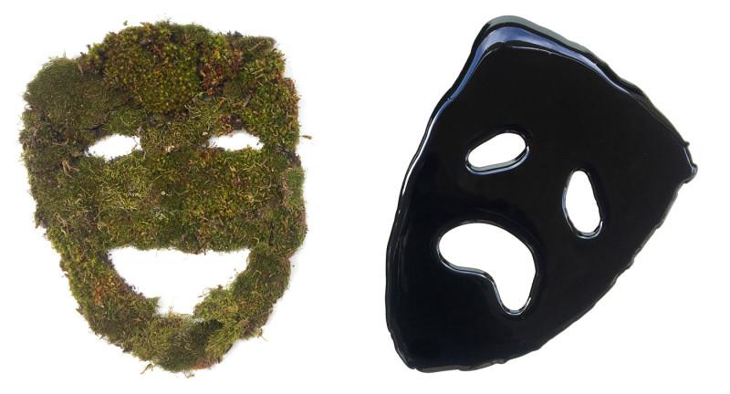 To masker, en av gress og en av olje